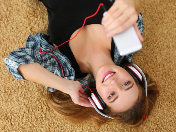 Flere og flere skifter den fysiske bog ud med lydbøger, som man kan høre alle steder